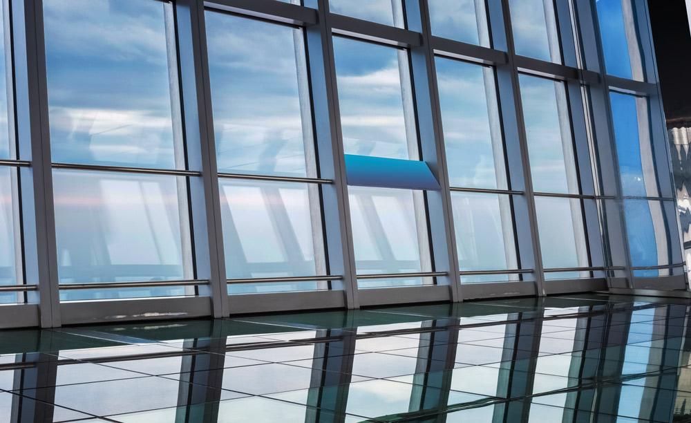 Fensterfassade mit getönten Scheiben