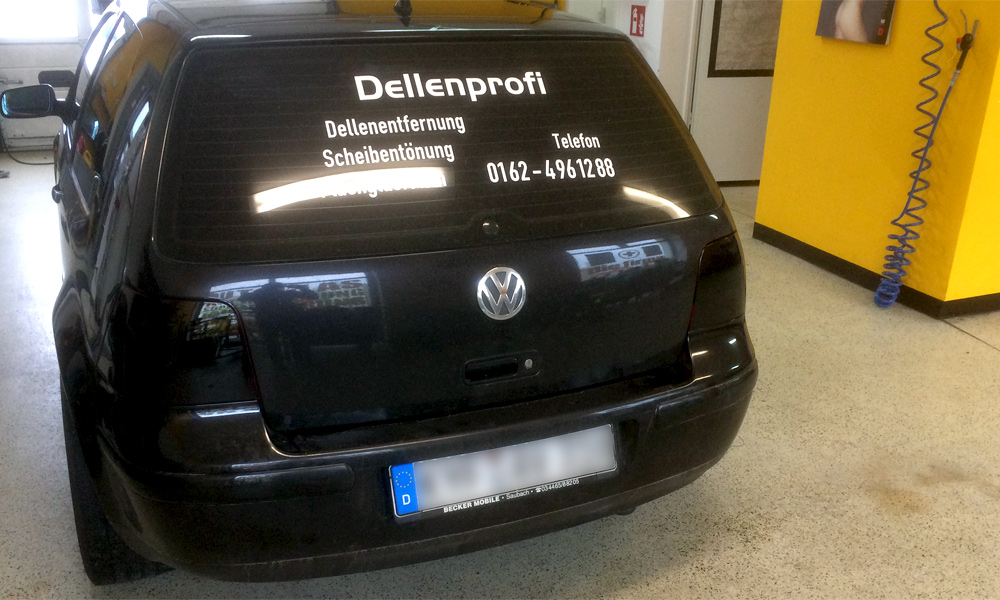 schwarzer VW mit getönten Rückleuchten