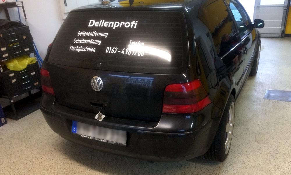 schwarzer VW mit Werbungbeklebung für den Dellenprofi